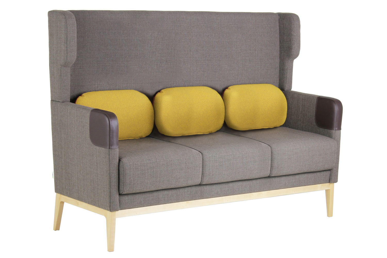 Kolmen istuttavassa Isla-sohvassa on erikoiskorkea selkänoja