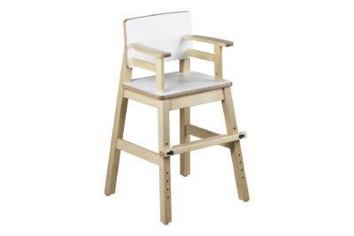 Muksu-tuoli on valmistettu lakatusta koivusta, istuimessa ja selkänojassa on laminaattipinta